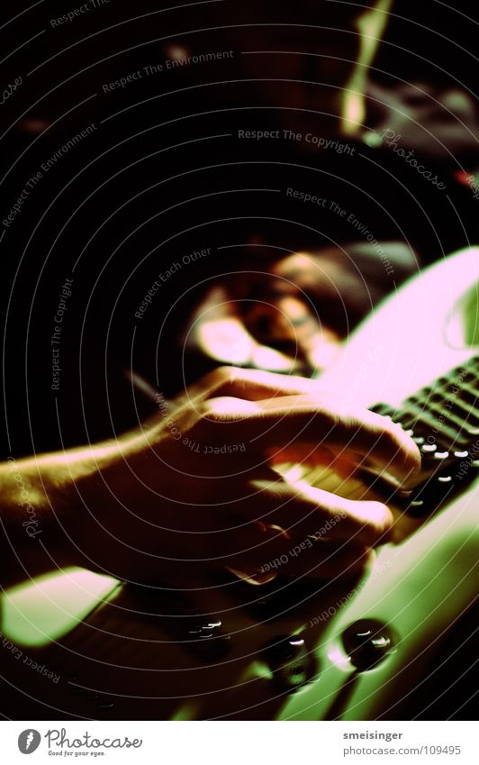 Mandatory #1 Hand weiß dunkel Musik dreckig Geschwindigkeit Finger Show Konzert Rockmusik trashig Gitarre talentiert Rock `n` Roll