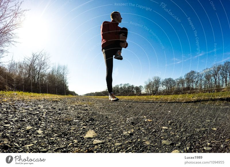 Streching Mensch Himmel Natur Jugendliche Mann Landschaft Freude Junger Mann 18-30 Jahre Erwachsene Herbst Gefühle Bewegung Frühling Sport gehen
