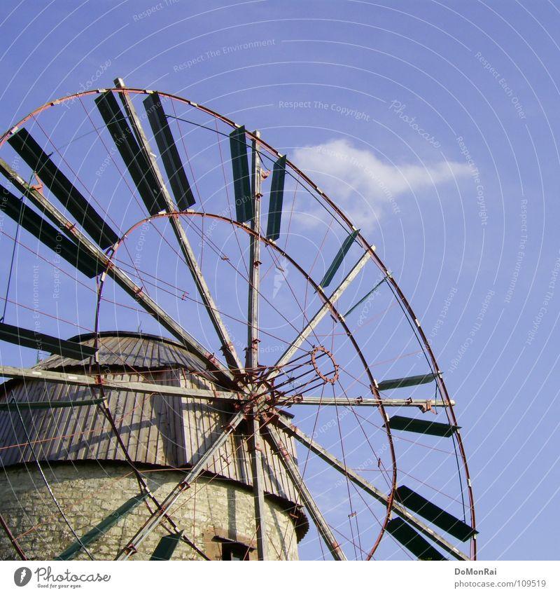 Wolkenzerstäuber Himmel blau Wolken Bewegung Holz Stein Kraft Metall Wind Energie Kreis Energiewirtschaft Tourismus Dach Windkraftanlage Rad