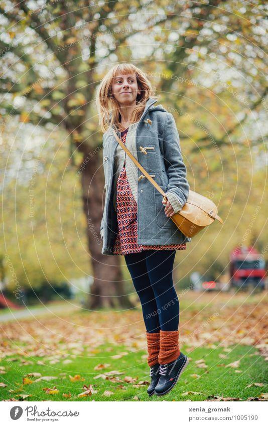 Frau, springen, Herbst.. Lifestyle Leben Freizeit & Hobby Spielen Tourismus Ausflug Abenteuer Freiheit Mensch feminin 1 Umwelt Schönes Wetter Garten Park Mode
