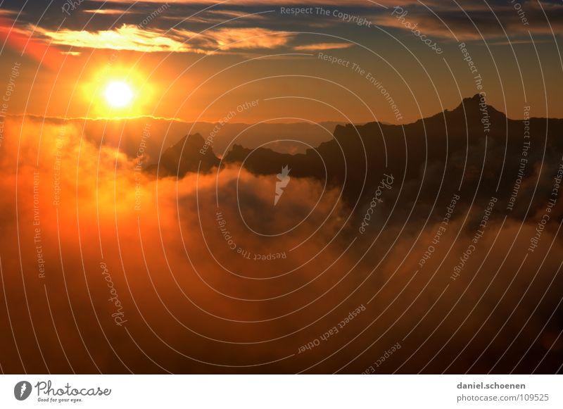 Sonnenuntergang vor der Hütte (der Schweiss ist getrocknet) Himmel blau Farbe Sonne rot Wolken kalt Berge u. Gebirge gelb Hintergrundbild Freizeit & Hobby Wetter Luft Nebel Klima Spitze