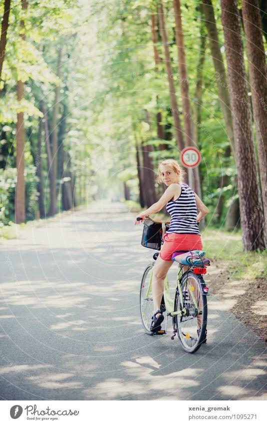 Fahrradtour Mensch Natur Ferien & Urlaub & Reisen Jugendliche Sommer Sonne Junge Frau Ferne Wald Umwelt Leben Wege & Pfade Spielen Gesundheit Freiheit Lifestyle