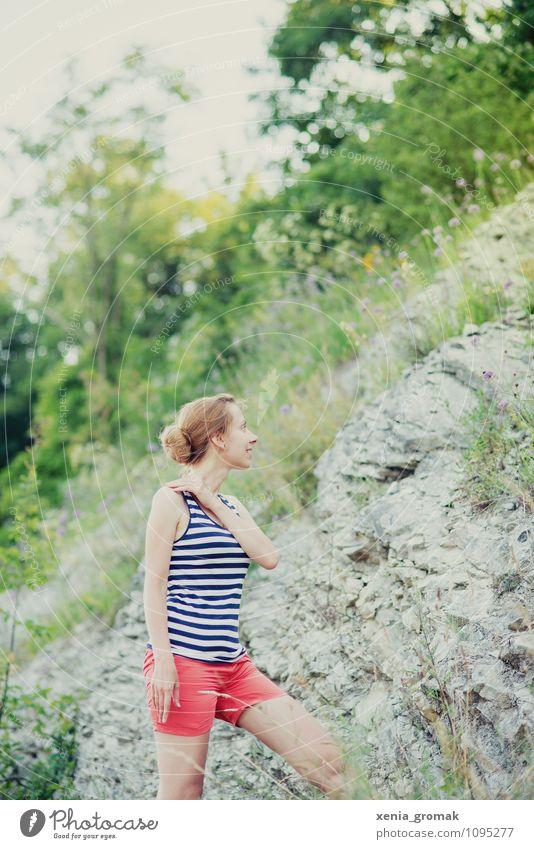 Wandern Mensch Natur Ferien & Urlaub & Reisen Jugendliche Sommer Junge Frau Ferne Leben Gras Spielen Freiheit Felsen Lifestyle Freizeit & Hobby Tourismus