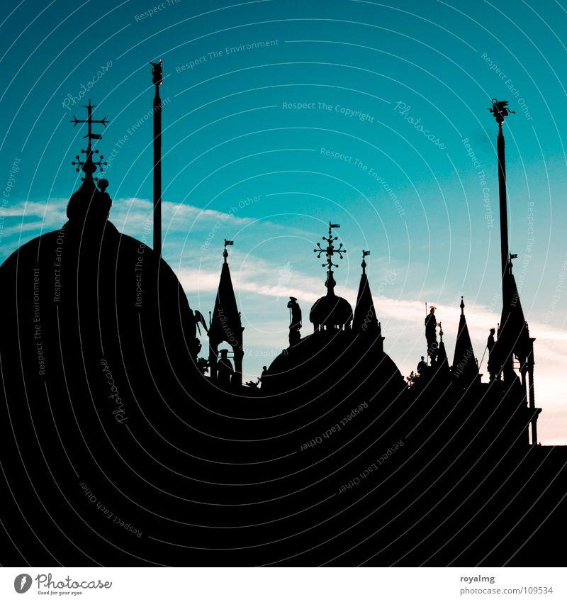 türmchen schwarz Sonnenaufgang Bauwerk Markusplatz Platz dunkel Silhouette Fahnenmast Venedig Italien Turm Dach Morgen Frieden ruhig San Marco Basilica