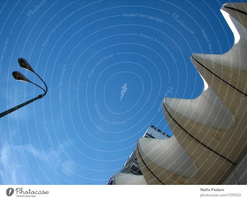 Reis-Büro Reisebüro weiß Laterne modern Haus des Reisens DDR Himmel blau Detailaufnahme Bildausschnitt Anschnitt Fassadenverkleidung himmelwärts aufwärts