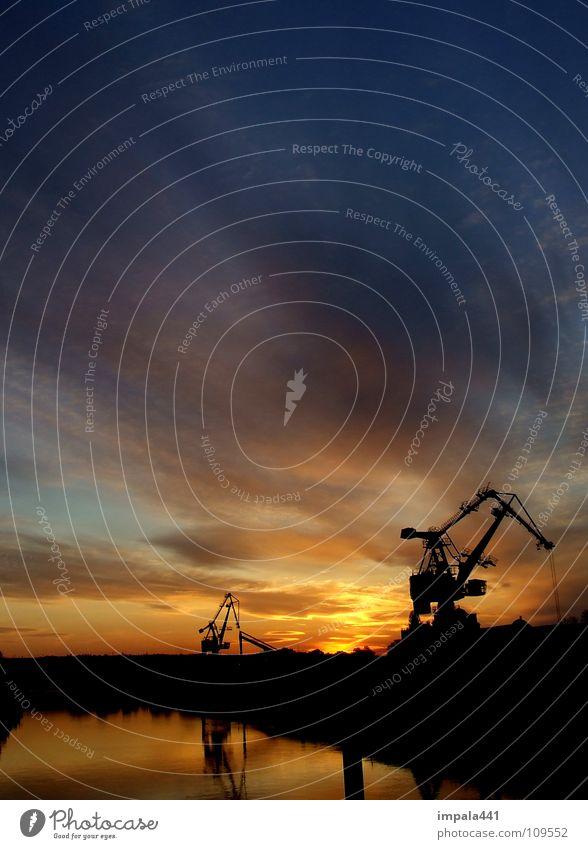 stahlschwan II Kran Sonnenuntergang Arbeit & Erwerbstätigkeit Gewicht schwer Stahl Verlauf gelb Reflexion & Spiegelung Industrie Hafen Himmel Wasser Schatten