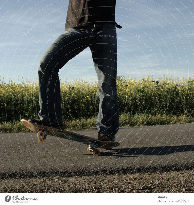 Skater One Himmel Mann blau Hand Pflanze Freude Wolken schwarz Straße Wiese Sport Spielen Gefühle Bewegung Stein Blüte