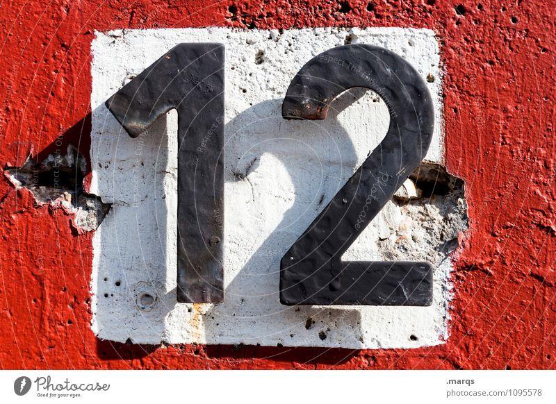 12 Mauer Wand Ziffern & Zahlen einfach rot schwarz weiß Lebensalter Hausnummer Farbfoto Außenaufnahme Nahaufnahme Tag Licht Schatten