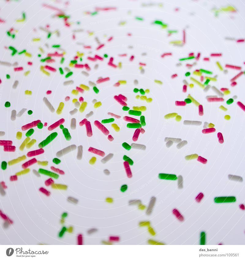 Streugut III süß viele Süßwaren Krümel Streusel verteilt Zuckerstreusel Vor hellem Hintergrund
