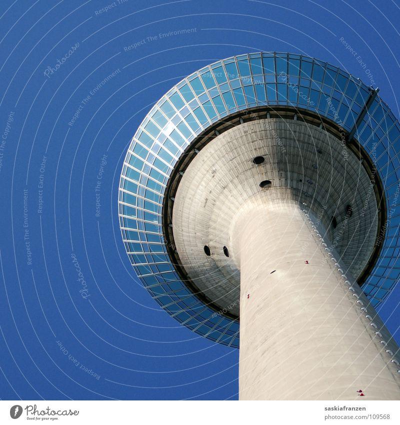 Unbekanntes Flugobjekt. Sommer Gebäude Rheinturm Fenster Reflexion & Spiegelung Architektur Himmel blau Schönes Wetter Klarheit gutes Wetter Düsseldorf Turm