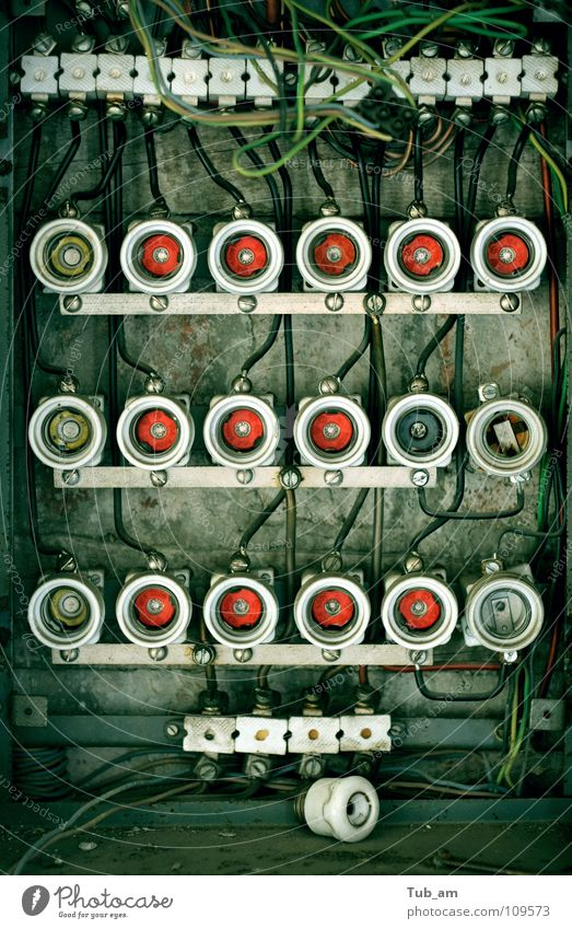 Old Fuse Box alt Kraft dreckig Industrie Elektrizität kaputt verfallen Verbindung obskur Draht Zerstörung verbinden Teile u. Stücke Absicherung Bruchstück