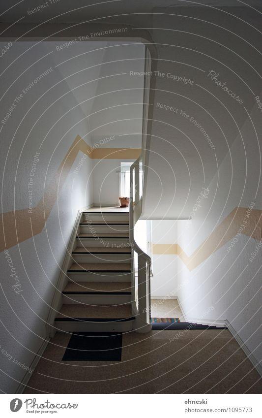 Treppenhaus Häusliches Leben Wohnung Treppengeländer Linie Farbfoto Gedeckte Farben Innenaufnahme Textfreiraum rechts Tag Starke Tiefenschärfe Weitwinkel
