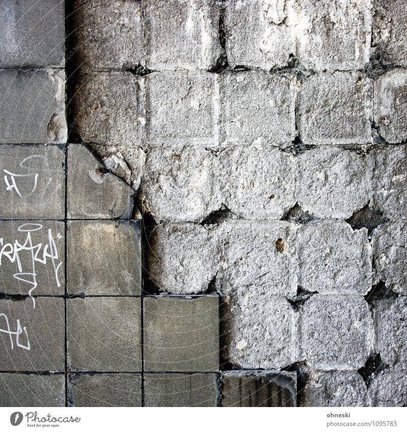 Zahn der Zeit Mauer Wand Fassade Fliesen u. Kacheln Stein Schriftzeichen Graffiti trist Stadt grau Farbfoto Gedeckte Farben Außenaufnahme abstrakt Muster