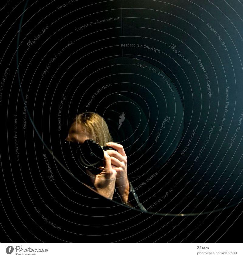 The Fotograf Mensch Mann Hand blau schwarz dunkel Kopf Arbeit & Erwerbstätigkeit blond Fotografie Kreis festhalten Fotokamera Spiegel fangen Toilette