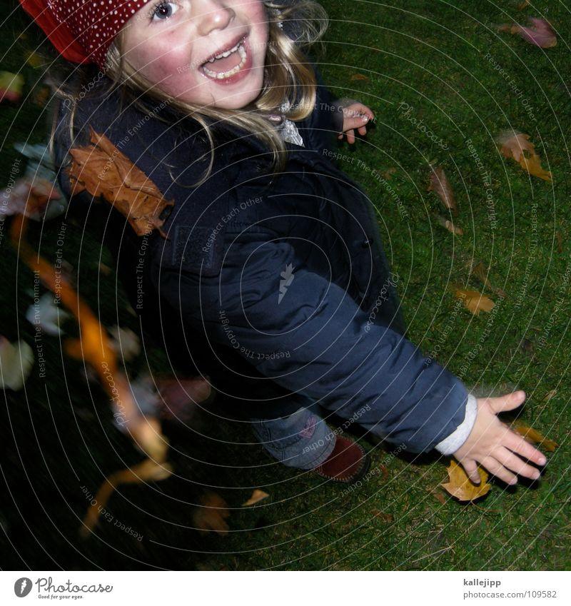 blattweitwurf Herbst Spielen Blatt Kind werfen Hand Mädchen grinsen live Leben Gras grün Wachstum Lippen Jacke Hose Kopftuch Finger Chance autm Freude ferie