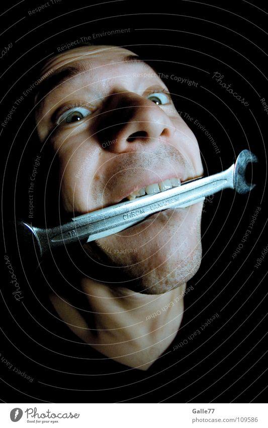 Maulsperre Mann Porträt Schlüssel Werkzeug verrückt Beruf Aktion Handwerk Handwerker Arbeit & Erwerbstätigkeit Schraubenschlüssel bissfest Blick maulschlüssel
