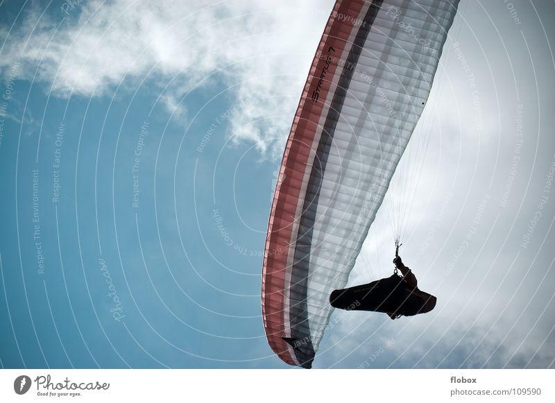 Direkt über mir.. blau Sport Spielen Berge u. Gebirge Freiheit Flugzeug fliegen hoch Luftverkehr Niveau Freizeit & Hobby Flugzeuglandung Drache Bergsteigen Sportler Gleitschirmfliegen