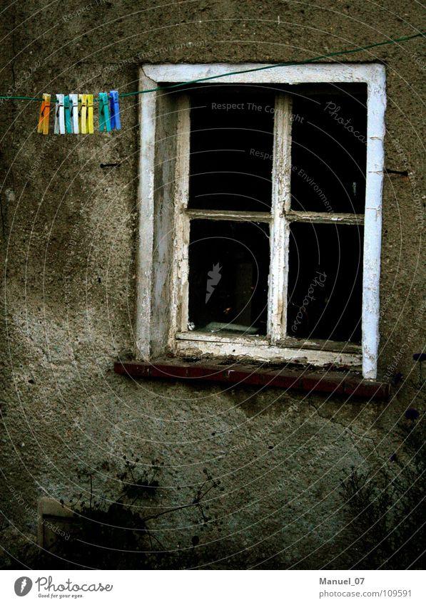 ABGESCHIEDENHEIT Fenster Wäscheklammern Wäscheleine trist Dorf ländlich Langeweile Einsamkeit verfallen Detailaufnahme festhalten Provinz dörflich Traurigkeit