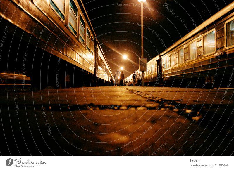 ZWISCHEN DEN ZÜGEN dunkel Stein Eisenbahn fahren Bodenbelag Asien Asphalt Laterne Bahnhof unheimlich Krimineller blind Öffentlicher Dienst nachtblind