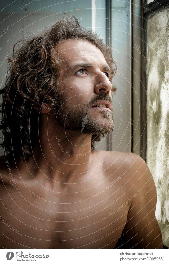 man in the window maskulin Homosexualität Mann Erwachsene 30-45 Jahre Mode brünett langhaarig Locken Dreitagebart Lächeln Blick ästhetisch sportlich authentisch