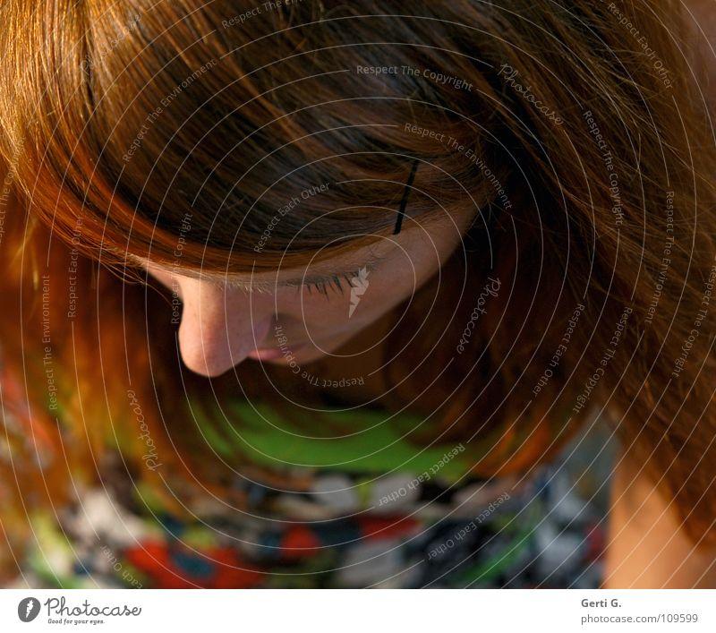 point of view Scheitel Schanze Frau Junge Frau langhaarig rothaarig Wimpern Muster Blumenmuster Hautfarbe grün Mensch Gefühle oben Kopf Perspektive kronenchakra