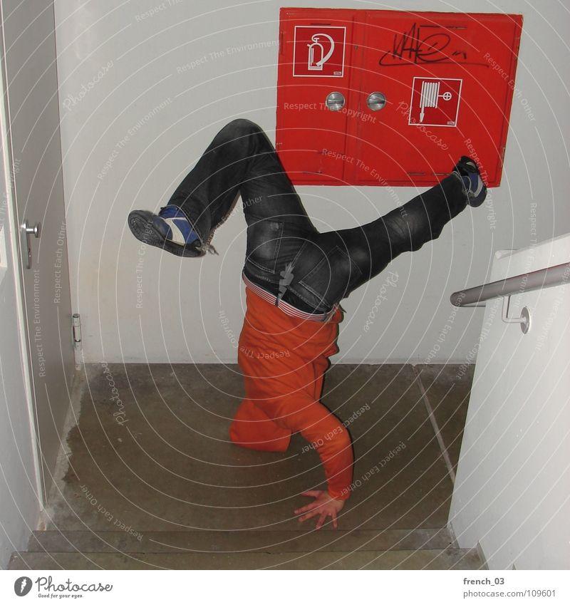b-boys gonna make the noise I Breakdancer Treppenhaus weiß rot Feuerlöscher Wand Kapuze Griff Pullover Turnschuh Hose Schuhe Gürtel Streifen Augsburg Hand