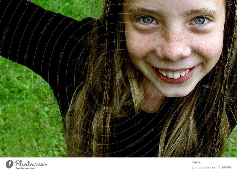 Abheberin Haare & Frisuren Gesicht feminin Mädchen 1 Mensch Wiese Pullover blond langhaarig Zopf Lächeln lachen Blick Freundlichkeit Fröhlichkeit schön Glück