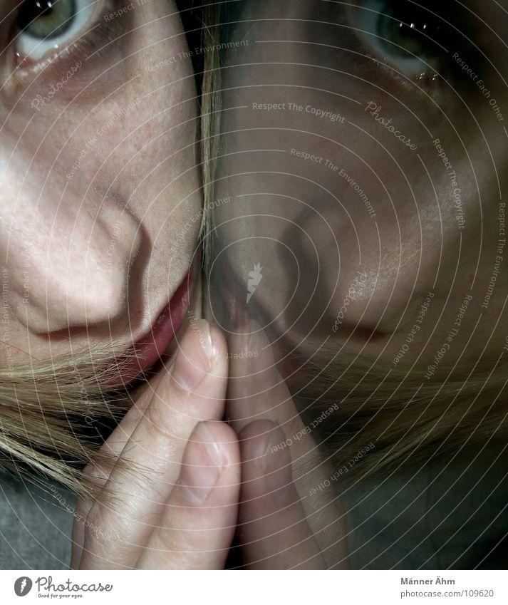 Wer bin ich wirklich? Frau Mädchen Gefühle Zufriedenheit Suche Tisch Kommunizieren Spiegel Gedanke finden Seele ungewiss Lebensformen