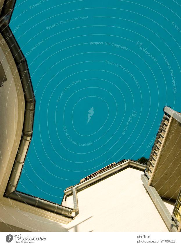 Hinterhof Himmel blau weiß Sommer Haus gelb gold Ecke Dach Balkon Aussicht Wasserrinne Innenhof Regenrinne