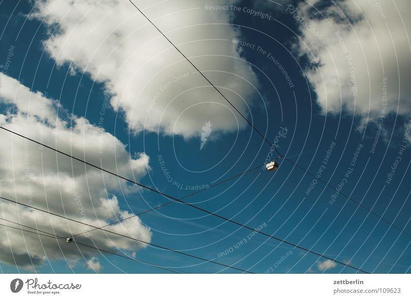 Potsdam Himmel weiß blau Sommer Wolken Elektrizität Dienstleistungsgewerbe Verkehrswege diagonal Leitung Nervosität Straßenbahn Oberleitung Öffentlicher Personennahverkehr Spanndraht