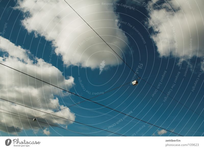 Potsdam Wolken Sommer Straßenbahn Öffentlicher Personennahverkehr weiß Oberleitung Spanndraht diagonal Dienstleistungsgewerbe Verkehrswege Himmel blau
