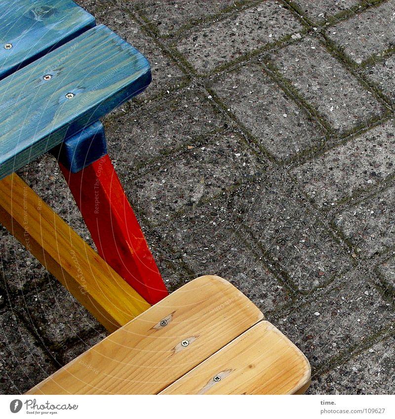 Kinderweglaufsperre (ISO 0815) blau rot Einsamkeit Holz Tisch Macht Ecke Bank Kindheit Tanne Handwerk Holzbrett diagonal Schraube Ware eckig