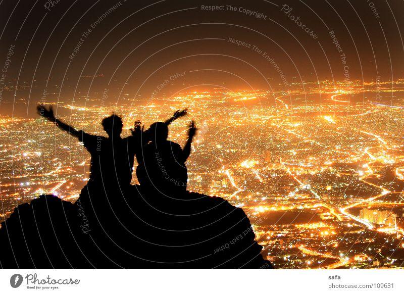Twin Mensch Mann Jugendliche Stadt schwarz Erwachsene Berge u. Gebirge lachen Freundschaft Zusammensein Felsen sitzen maskulin Fröhlichkeit 18-30 Jahre Schönes Wetter