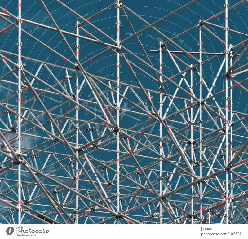 Gut gerüstet retten abstützen Konstruktion Bauarbeiter Baustelle chaotisch diagonal Fassade Gerüstbauer hoch Eingriff Mikado rot Sanieren Sicherheit