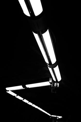 untergrund Verkehr Bahnfahren Schienenverkehr U-Bahn Bahnsteig Schienennetz dunkel eckig Ziel Schwarzweißfoto Innenaufnahme Menschenleer Kunstlicht