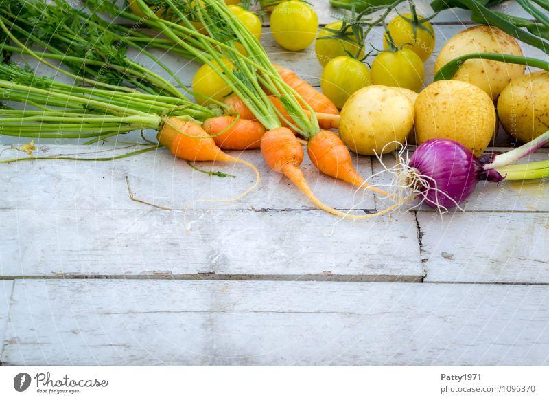 frisches Gemüse Lebensmittel Möhre Kartoffeln Tomate Zwiebel Ernährung Bioprodukte Vegetarische Ernährung Gesundheit gelb grün orange genießen Farbfoto