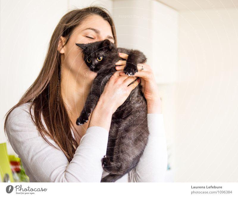 Mädchen umarmende Katze Haustier Küssen Umarmen kuscheln junge Katze Jungtier Liebe Tierfreund niedlich Hauskatze Lifestyle lustig Humor Porträt
