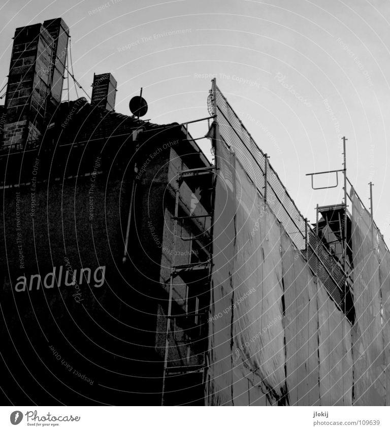 andlung baufällig verwohnt Zaun verpackt Schornstein Haus Antenne Radiogerät Stahl Beton ehrwürdig Denkmalschutz Fenster kaputt zerschlagen schwarz weiß