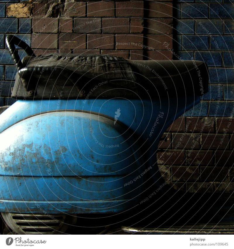 es war einmal Motorrad Kleinmotorrad Oldtimer Rad Gummi Ständer Mauer Rücklicht laut Abgas Hinterhof Kotflügel Felge Speichen Schwalben Benzin fahren Blech