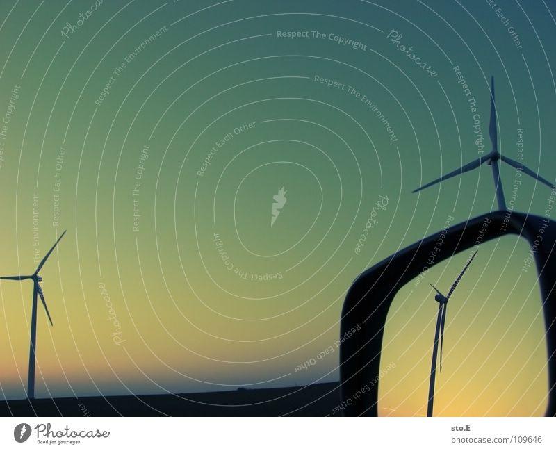 die dimension Windkraftanlage 3 ökologisch Erneuerbare Energie drehen Kreis Gelände Wiese Feld Ferne Horizont Sonnenuntergang rot Spiegel Reflexion & Spiegelung