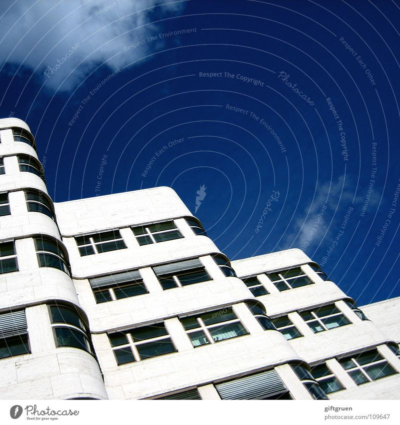 skywave Gebäude Haus Bauwerk wellig Wellen geschwungen Fassade Fenster Jalousie Wolken schlechtes Wetter modern Himmel Baustelle blau Berlin Architektur