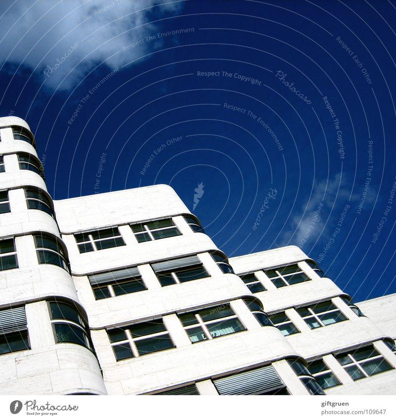skywave Himmel blau Haus Wolken Berlin Fenster Gebäude Wellen Fassade modern Baustelle Bauwerk Jalousie schlechtes Wetter geschwungen