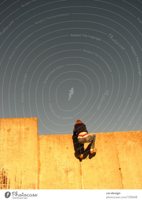 der sto.E Mensch Himmel Natur Jugendliche Freude Farbe Ferne dunkel Graffiti Herbst Spielen Gefühle grau klein Mauer Stil