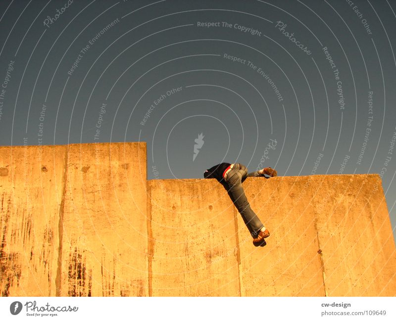 auf dem weg nach oben Mensch Himmel Jugendliche Sommer Erwachsene Ferne Graffiti Wand Herbst Frühling Mauer Junger Mann Beine Kunst 18-30 Jahre maskulin