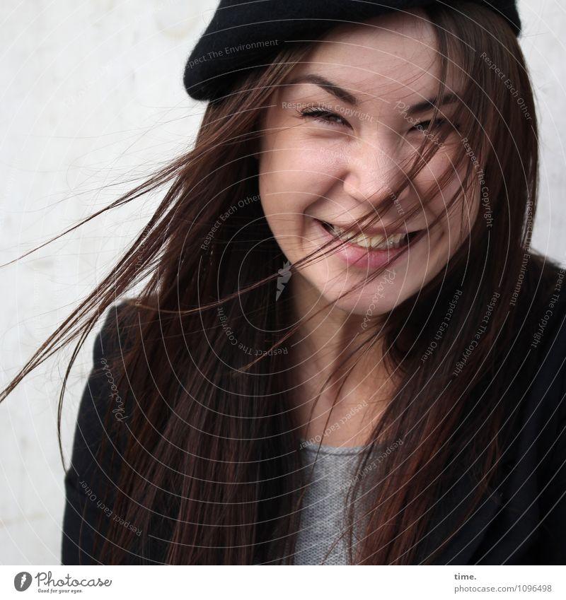 Yuliya feminin Junge Frau Jugendliche 1 Mensch T-Shirt Jacke Mütze brünett langhaarig beobachten Erholung lachen Blick Fröhlichkeit schön Freude Lebensfreude