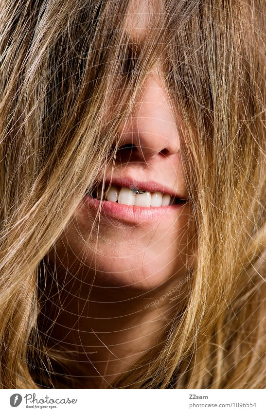 Headbanging Lifestyle Stil schön Haare & Frisuren Gesicht feminin Junge Frau Jugendliche 18-30 Jahre Erwachsene Piercing brünett langhaarig Lächeln lachen