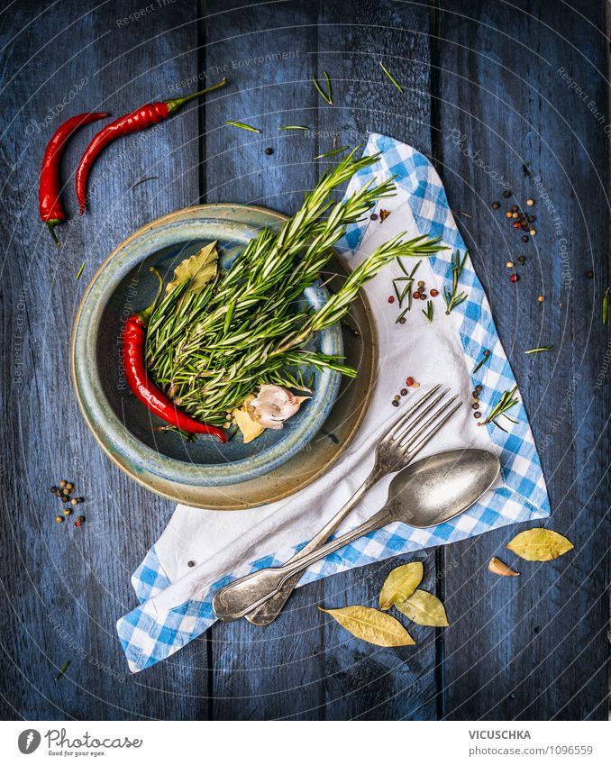 Rustikale Küche mit Kräuter und Gewürze Lebensmittel Kräuter & Gewürze Festessen Geschirr Teller Schalen & Schüsseln Gabel Löffel Stil Design Gesunde Ernährung