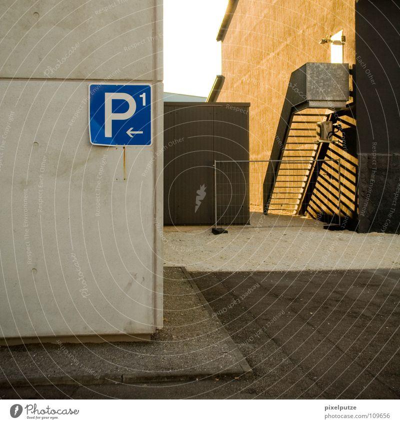 P1 ist wo anders... Haus Wand Gebäude Schilder & Markierungen Beton Treppe Ecke Fotokamera Buchstaben beobachten Bauernhof Pfeil Quadrat Bürgersteig