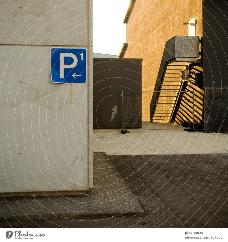 P1 ist wo anders... Parkplatz parken Parkdeck Quadrat links Linkspfeil Am Rand umrandet Blech Buchstaben Typographie Piktogramm Symbole & Metaphern Beton Gitter