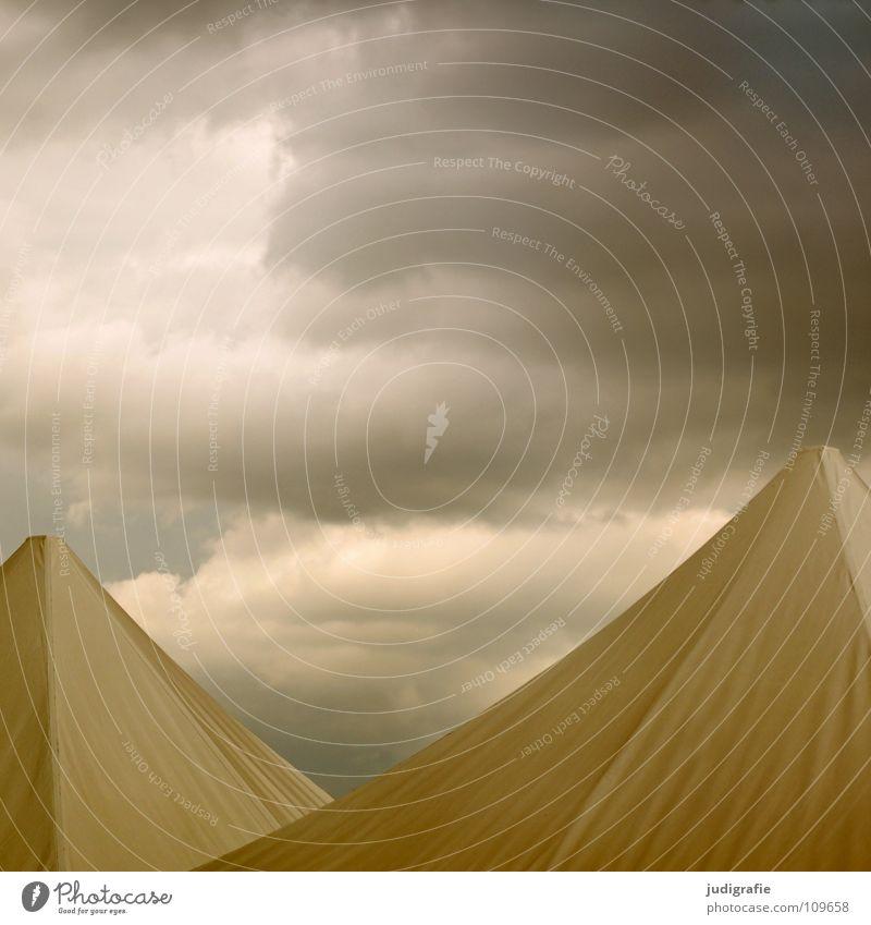 Schlechtwetterfront Himmel Wolken Farbe dunkel Regen Wetter Dach bedrohlich Schutz Spitze Gewitter Unwetter Zelt Pyramide Bierzelt